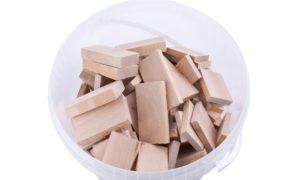 Montageklötze aus Holz im Eimer